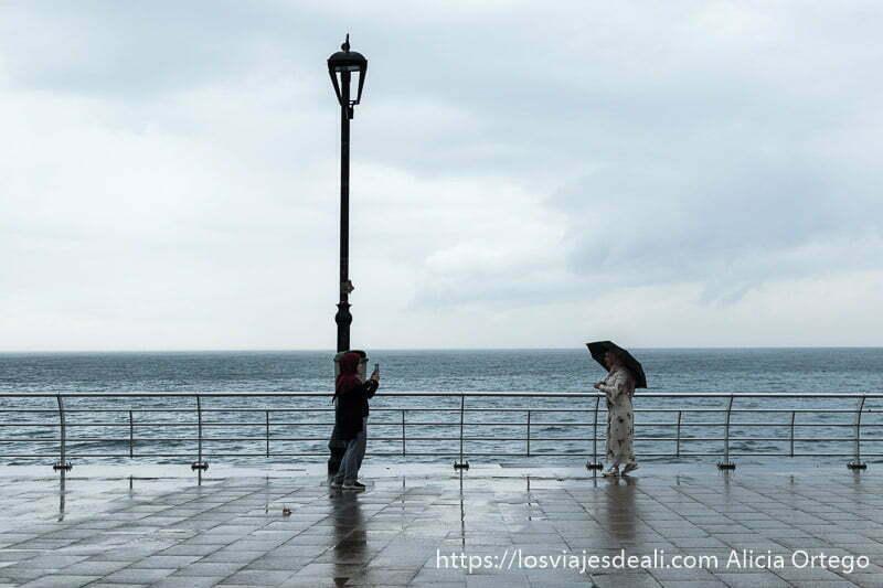 dos mujeres con velo haciéndose una foto en la corniche de beirut
