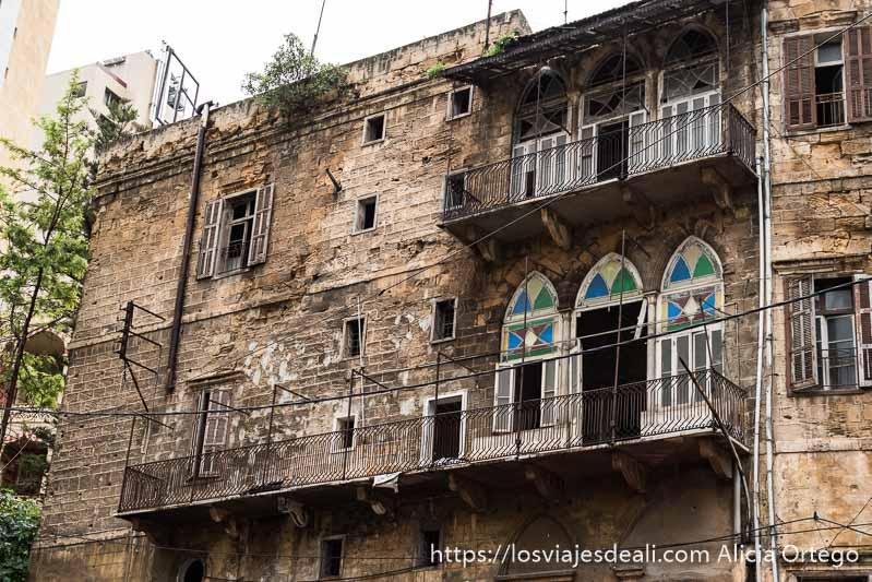 edificio antiguo de beirut con balcones y ventanas con vidrieras de colores