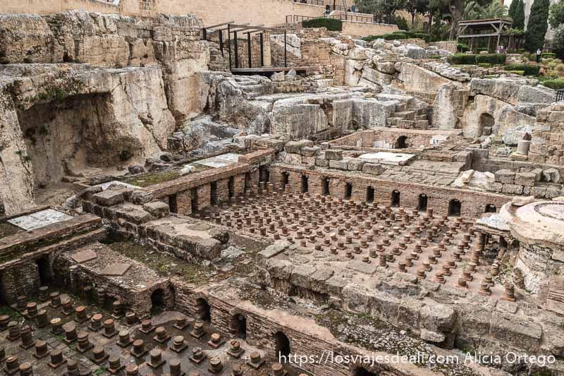 yacimiento de baños romanos en el centro de beirut se ven los canales por donde iba el agua y columnas pequeñas muy juntas