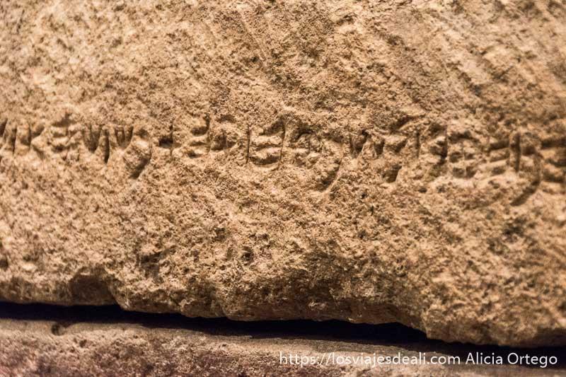 inscripción de alfabeto fenicio en roca