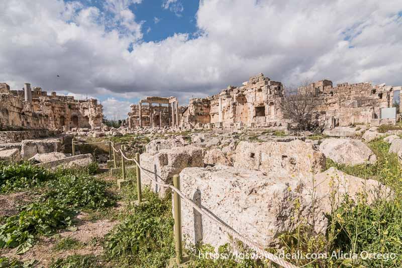 plaza con templos alrededor en el yacimiento de baalbek con grandes nubes en el cielo