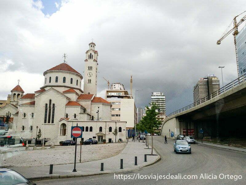 iglesia cristiana junto a carretera en líbano