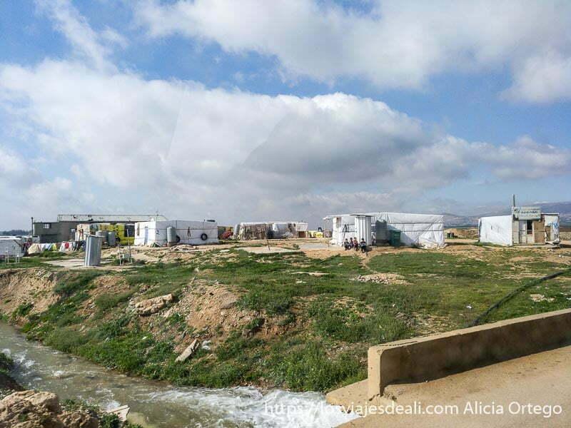 campamento de refugiados sirios con tiendas hechas con plásticos blancos de la ONU