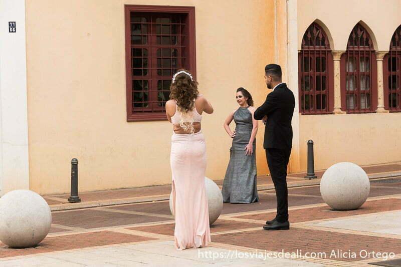 invitadas de una boda posando para fotos en el centro de beirut con vestidos sin mangas y pelo al aire