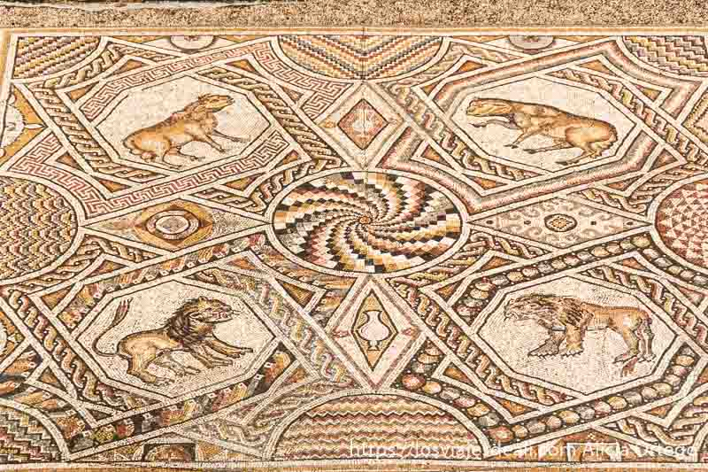 mosaico bizantino con dibujo circular y cuatro animales un léon, un toro