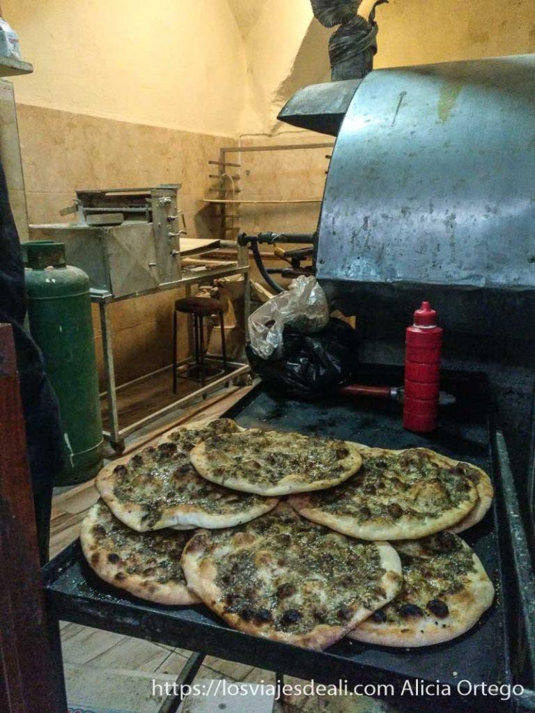 panadería tradicional con especie de pizzas con mezcla de especias y aceite de oliva