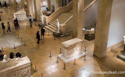 hall del museo nacional de beirut con sarcófagos y mosaicos
