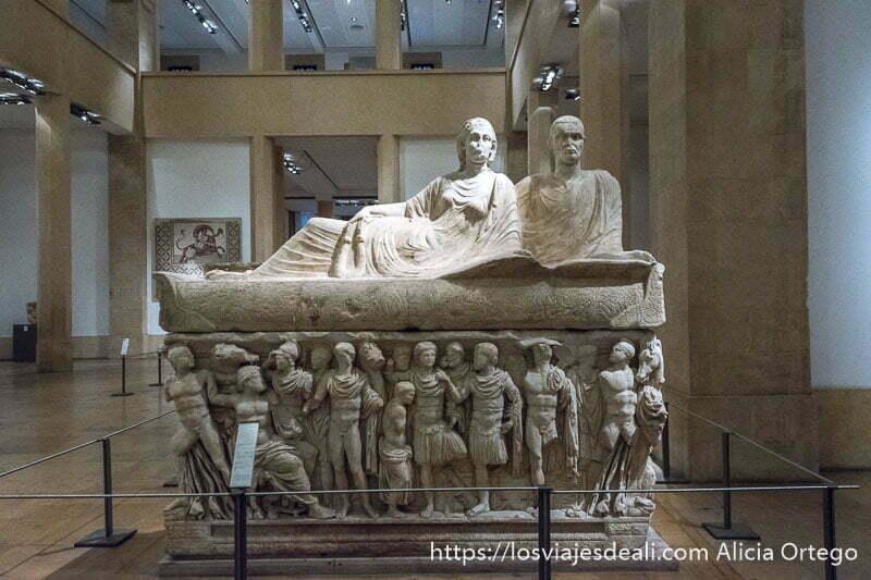 sarcófago con esculturas de ciudadanos y una pareja reclinada encima de la tapa en el museo nacional de beirut