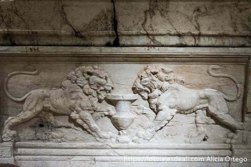 relieve de dos leones mordiendo una copa grande uno frente al otro en el museo nacional de beirut