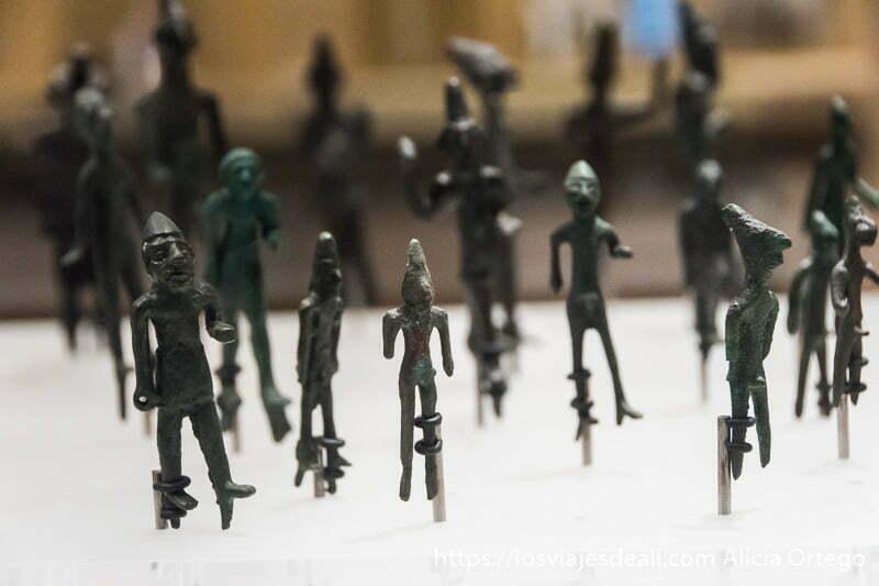 figuritas de dioses fenicios con gorro cónico en el museo nacional de beirut
