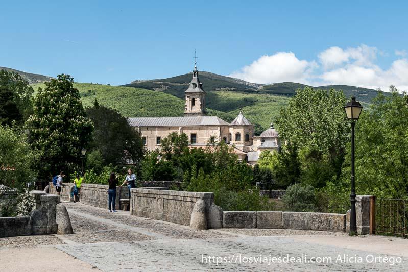 monasterio de el paular y puente del perdón con montañas al fondo en la ruta de 1 día en el valle del lozoya