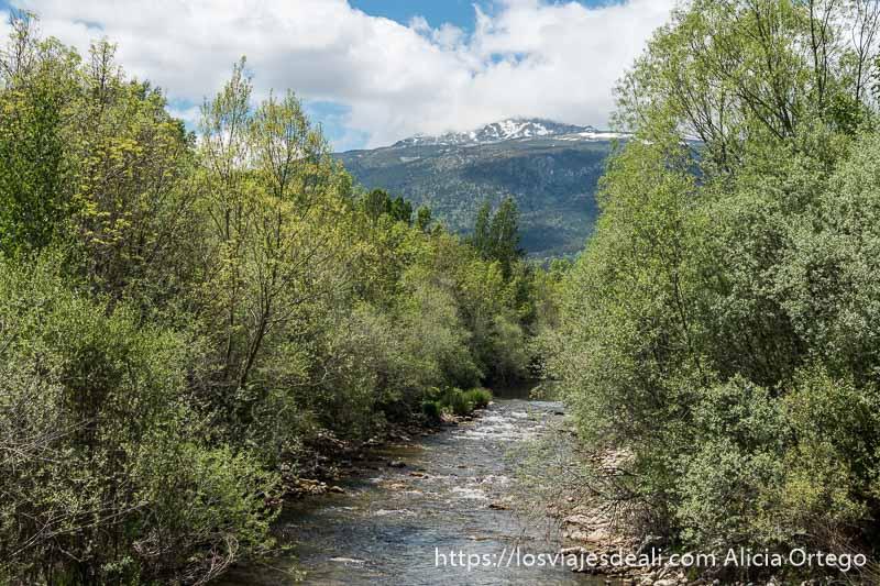 río lozoya con pico con restos de nieve al fondo y algunas nubes en la ruta de 1 día en el valle del lozoya