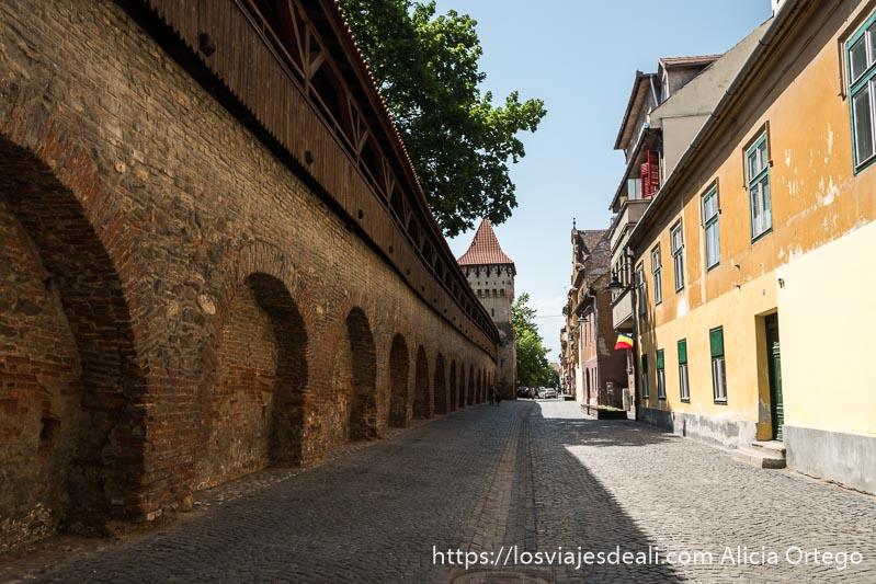 calle junto a muralla con pasaje de madera en sibiu