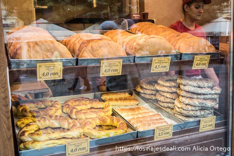 escaparate de panadería con roscas de sésamo y empanadas