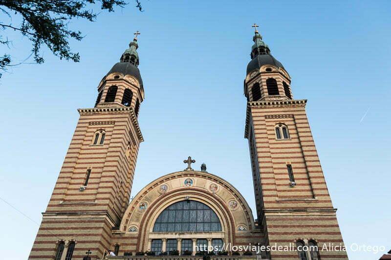 torres de la catedral ortodoxa con ladrillos de dos colores formando rayas