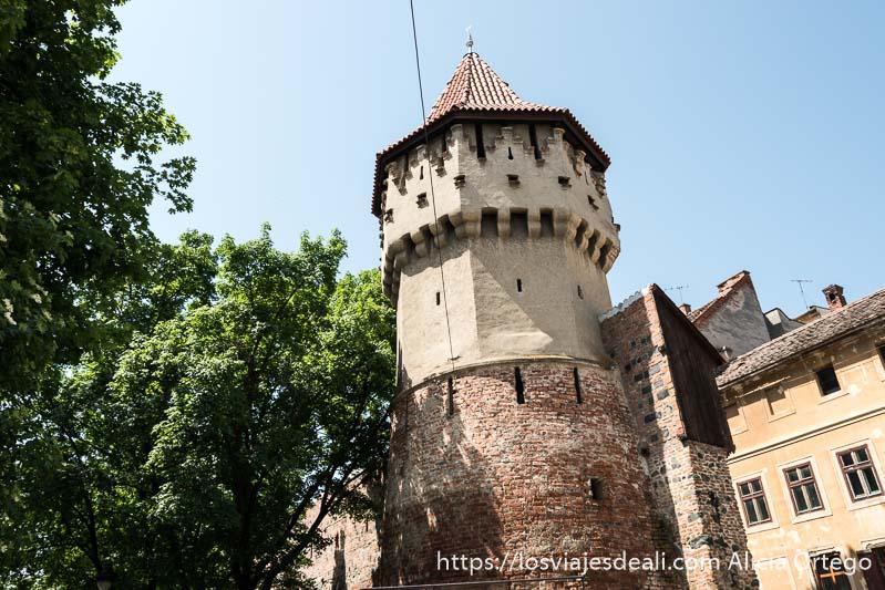 torre defensiva con tejado acabado en pico en sibiu