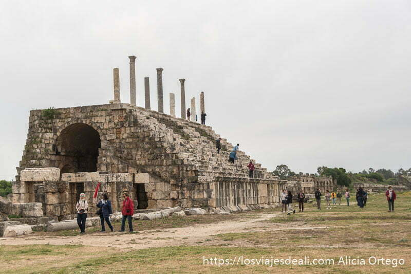 gradas del hipódromo de tiro con columnas en la parte superior y turistas bajando por los escalones