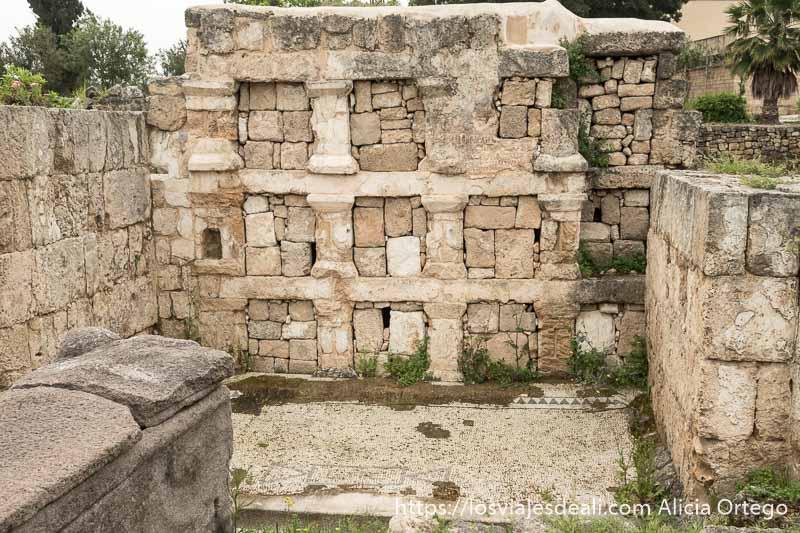 casa antigua en las ruinas de tiro con suelo de mosaico