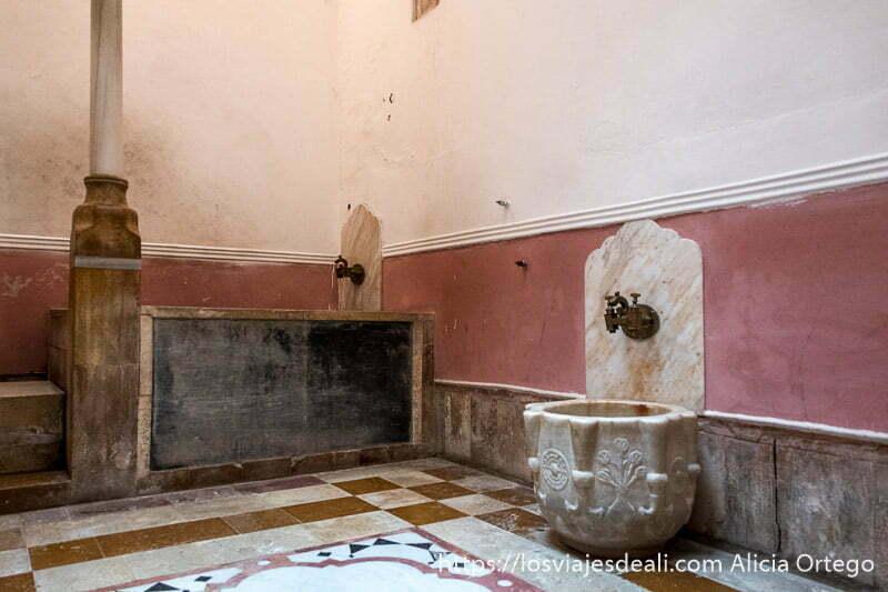 sala de hamman con bañera al fondo y fuente pequeña de mármol a la derecha en la excursión a los alrededores de beirut
