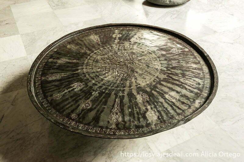 bandeja de metal con dibujos cincelados en el palacio de beiteddine en la excursión a los alrededores de beirut