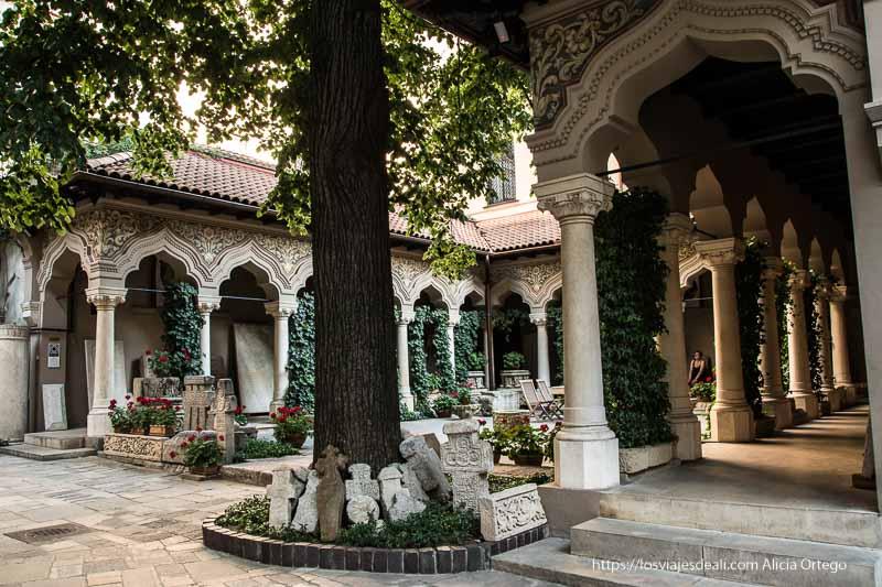 claustro con arcada y columnas en el centro de bucarest