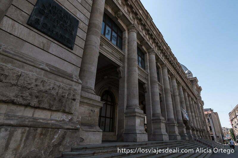 fachada del museo nacional de bucarest con columnas
