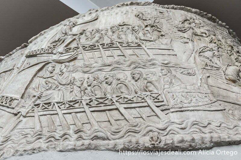 detalle de un relieve de la columna de trajano donde se ve a romanos remando en barcos