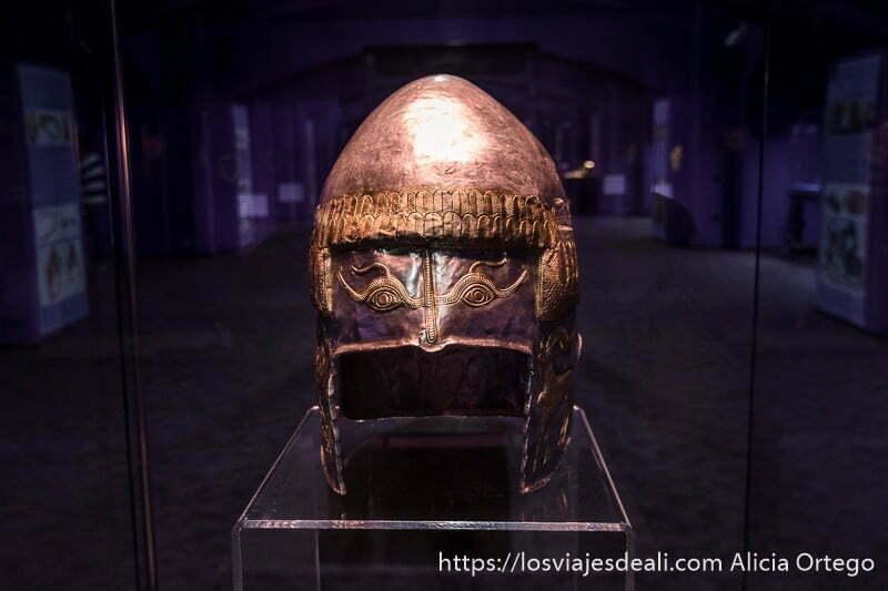 casco de guerrero con dos ojos en la parte superior en el museo nacional de bucarest