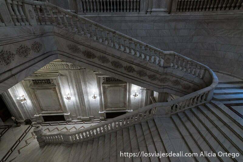 escaleras del parlamento de bucarest haciendo curva