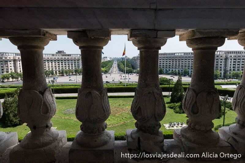 vista de la plaza y grandes edificios comunistas desde el balcón del parlamento de bucarest