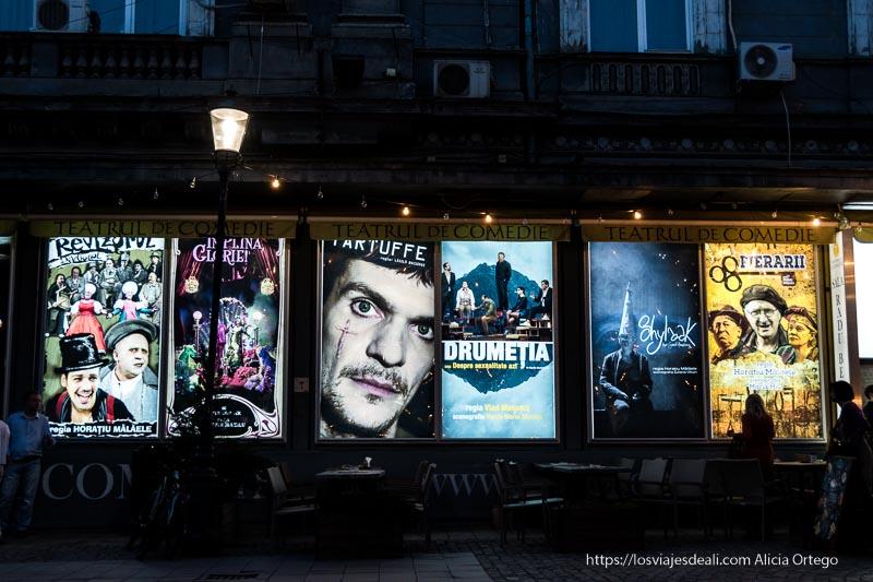 cartelera de cine iluminada por la noche