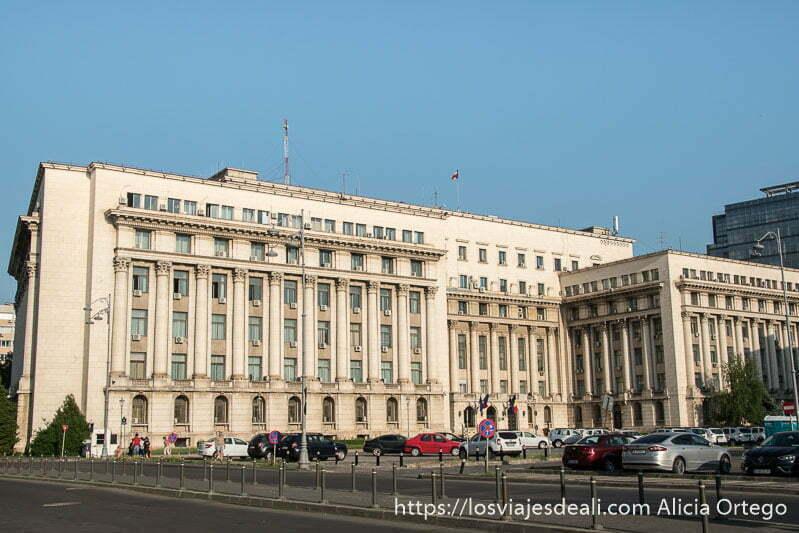 edificio cuadrado con muchas ventanas que fue sede del comité del partido comunista de rumanía
