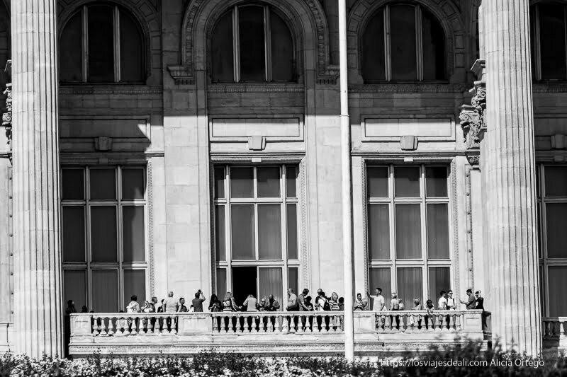 turistas en el balcón principal del parlamento