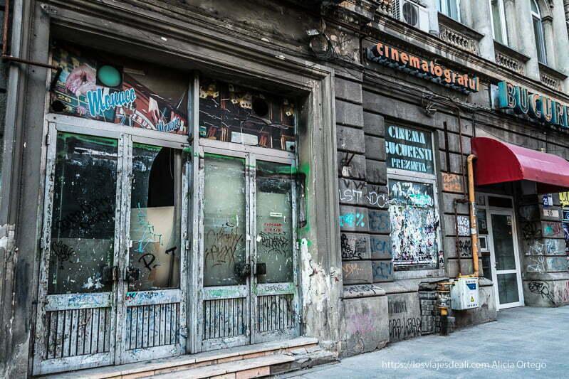fachada con comercios abandonados y un letrero que dice cinematograful
