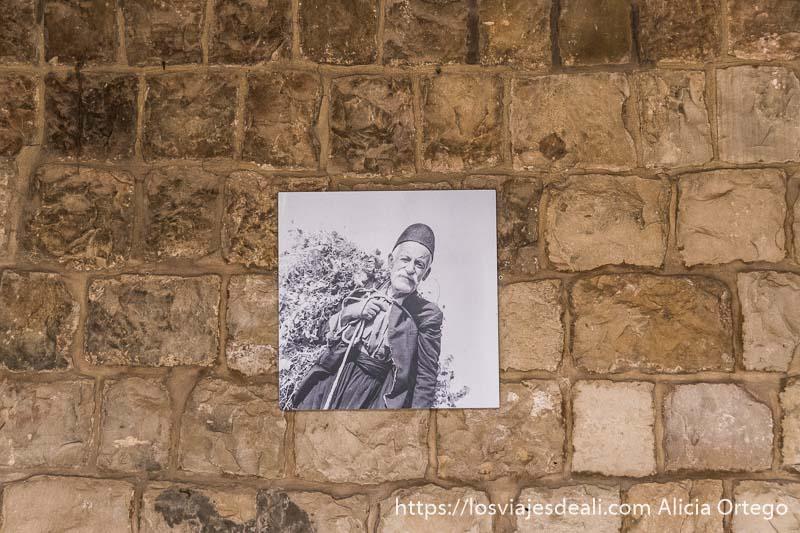 fotografía de un hombre druso con pantalones y gorro típico en deir el-qamar excursión a los alrededores de beirut