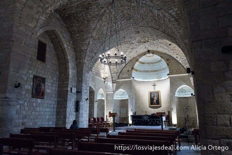 altar de la iglesia de la virgen de la luna de deir el qamar