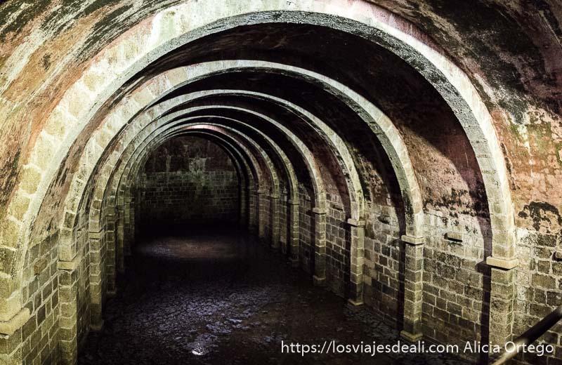 aljibe muy grande con nueve arcos que sostienen paredes en marvao