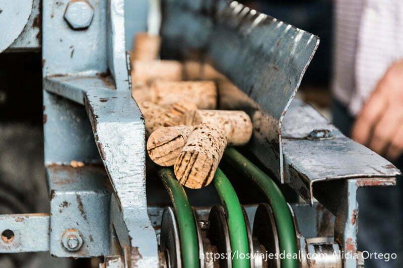 máquina antigua con tapones de corcho en la visita a una fábrica de la escapada a cáceres