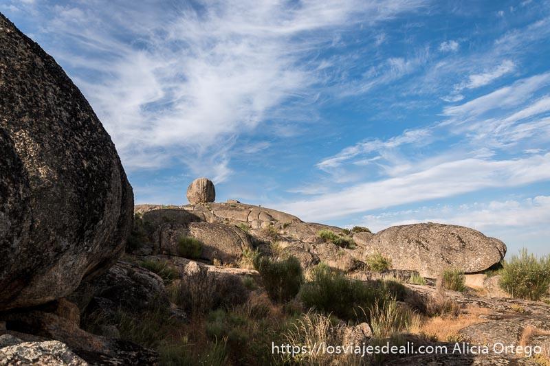 paisaje de rocas de granito redondeadas con cielo azul con nubes escapada a cáceres