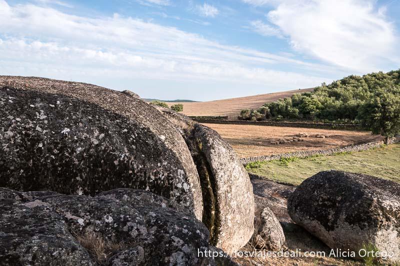 rocas redondeadas muy grandes cortadas por la acción de los elementos y campos de labor