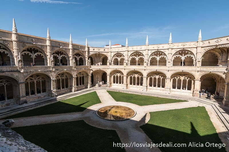 claustro del monasterio de los jeronimos con dos pisos en belem