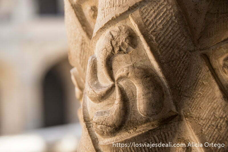 símbolo solar esculpido en columna de piedra en el monasterio de belem