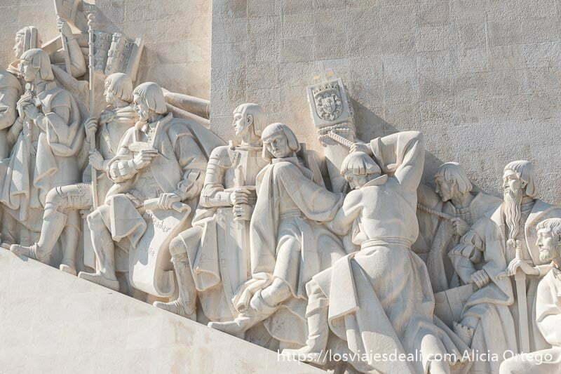 detalle de estatuas del monumento a los descubridores de belem