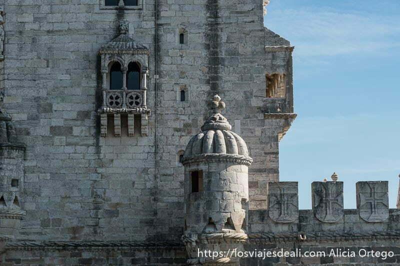 detalle de las almenas y torre vigía de la torre de belem