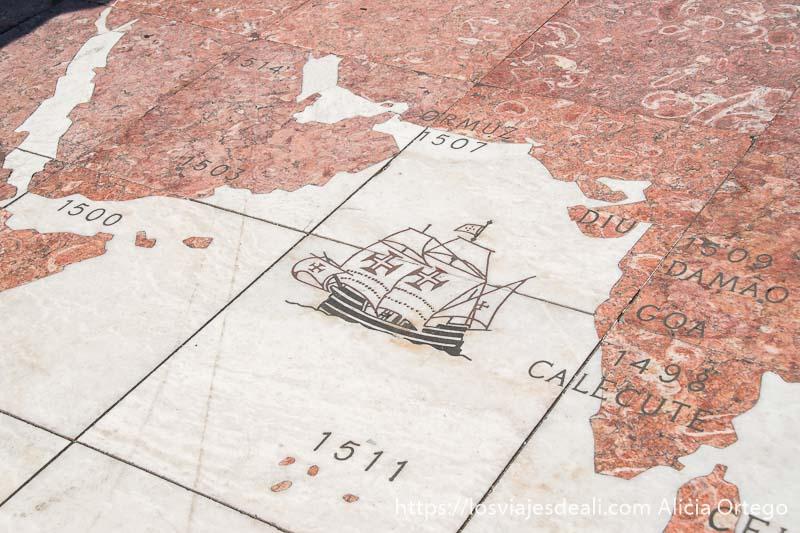 mapa con el estrecho de ormuz y un barco portugués en el suelo en belem
