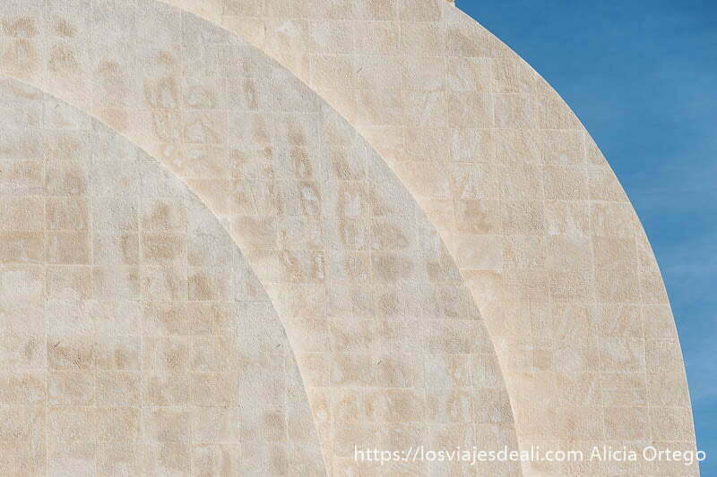 tres curvas en piedra en el monumento a los descubridores de belem