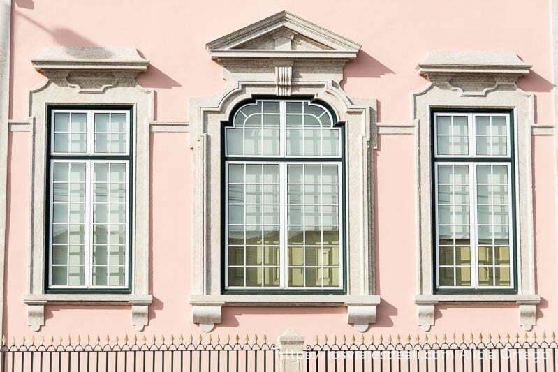 tres ventanas en fachada rosa en belem