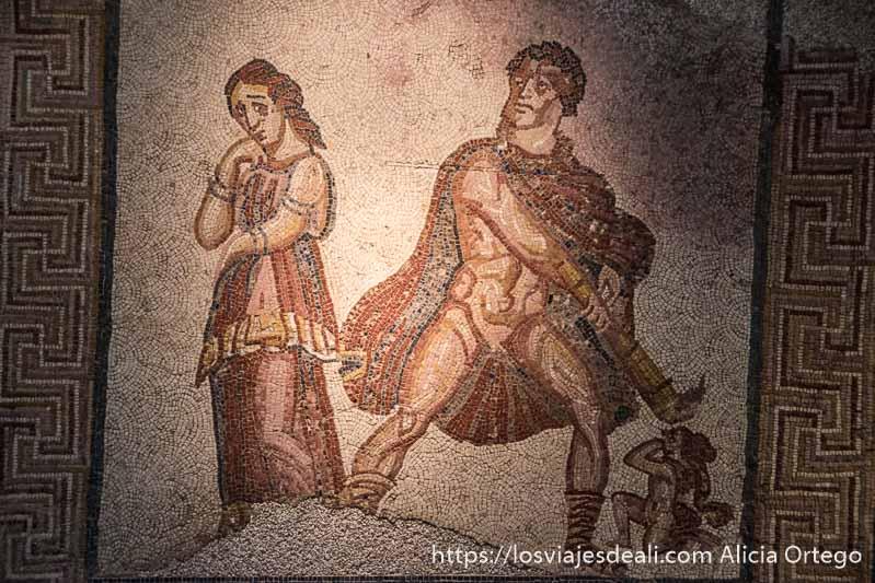 mosaico romano donde se ve a un dios a punto de matar a una mujer que pide clemencia y al lado otra mujer de espaldas mirando hacia atrás