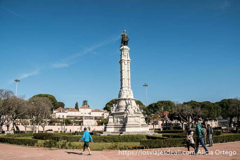 parque con estatua sobre columna de piedra blanca con más esculturas en belem