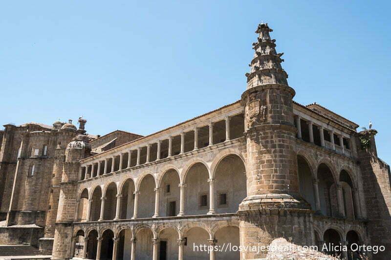 edificio del conventual de san benito con tres pisos de arcadas y torre redonde